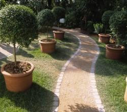 Gartenweg mit Pflanzkübeln am Rand