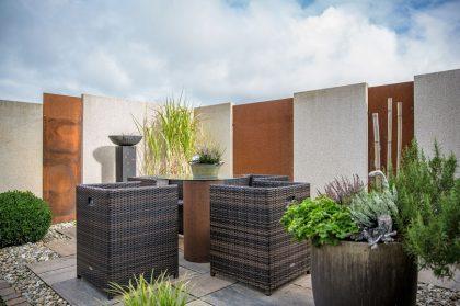 Schöner Sichtschutz aus Metall und Beton