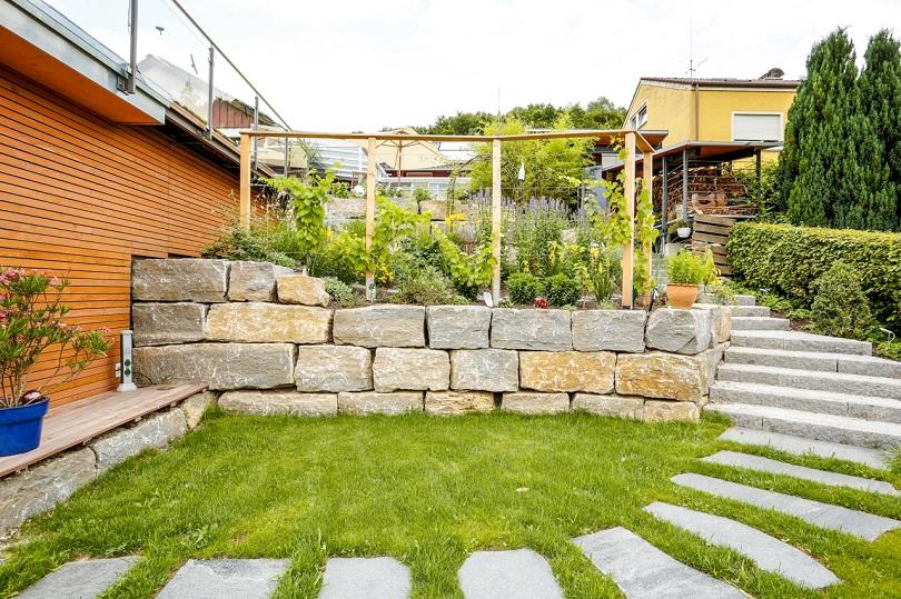 Natursteinmauer als Hochbeet